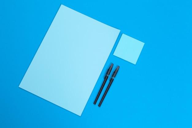 Bespotten. kaarten papers op blauw. bovenaanzicht, plat lag, copyspace