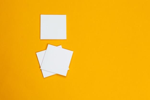 Bespotten. kaarten papers op geel. bovenaanzicht, plat lag, copyspace