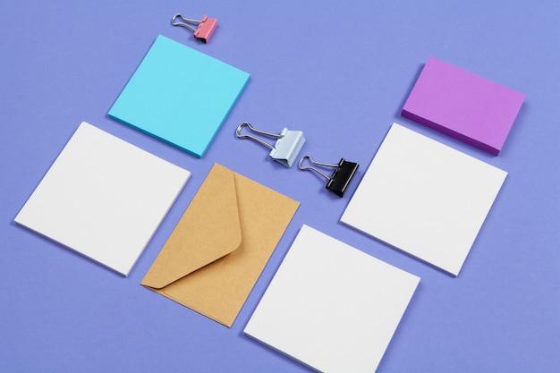 Bespotten. kaarten papers op paars. bovenaanzicht, plat lag, copyspace