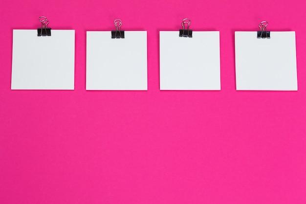 Bespotten. kaarten papers op roze. bovenaanzicht, plat lag, kopie ruimte