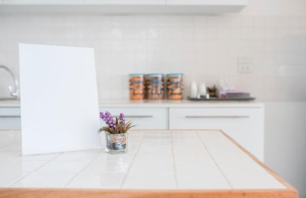 Bespotten leeg menuframe op tafel in de keuken