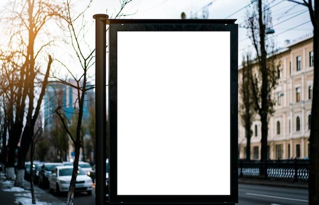 Bespotten. leeg reclamebord buitenshuis, buitenreclame, openbare informatiebord in de ci