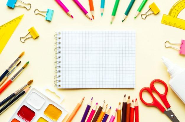 Bespotten met kleurrijke potloden en schoolhulpmiddelen