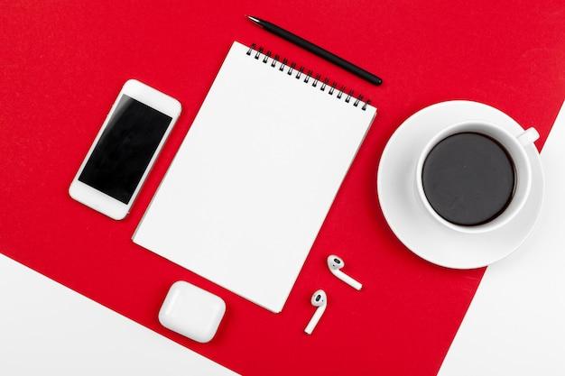 Bespotten met kopie ruimte met smartphone op fel rood
