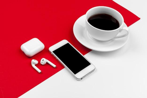 Bespotten met kopie ruimte met smartphone op heldere rode achtergrond