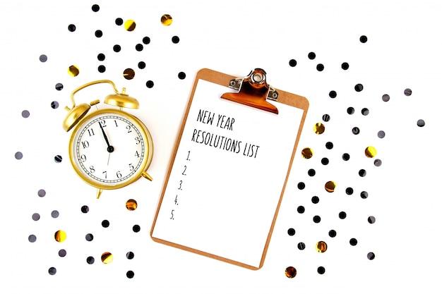 Bespotten met notitieblok en confetti voor nieuwe jaarresoluties