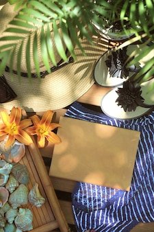 Bespotten met notitieboek, slippers en hoed