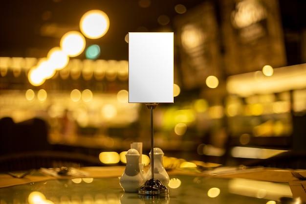 Bespotten mini menu staan billboard verkoop advertentie lege ruimte kopie ruimte in openbare ruimte restaurant