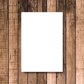 Bespotten omhoog wit afficheframe op uitstekende bruine houten timmerwerkachtergrond