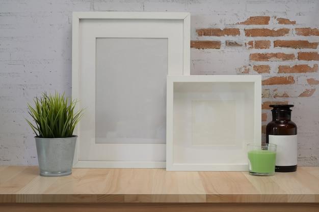 Bespotten poster frame op houten tafel