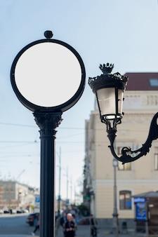 Bespotten rond uithangbord voor reclame of een klok op straat