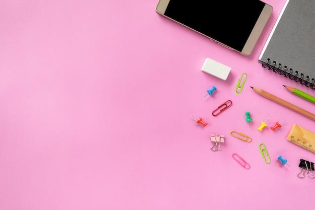 Bespotten smart-phone en kantoorapparatuur of accessoires op kleurrijke achtergrond