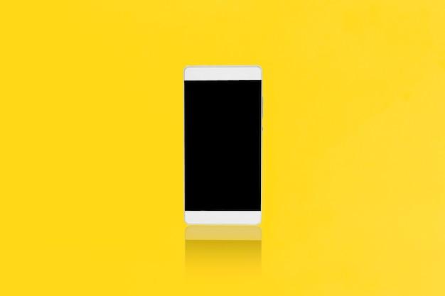 Bespotten smart-phone op een gele achtergrond, ontwerp voor reclame