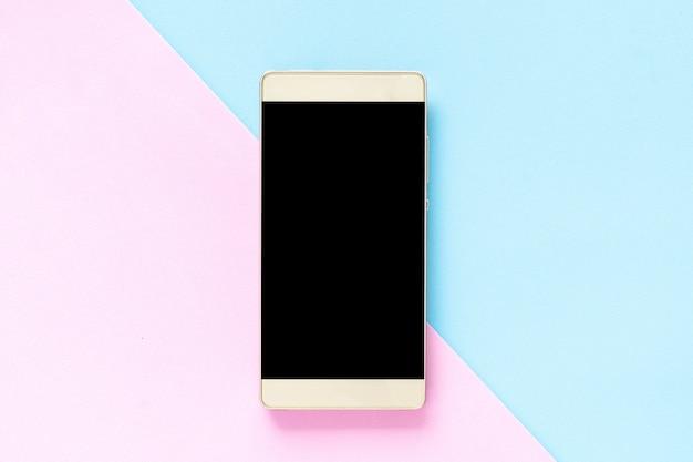 Bespotten smart-phone op een roze en lichtblauwe achtergrondpastelkleur