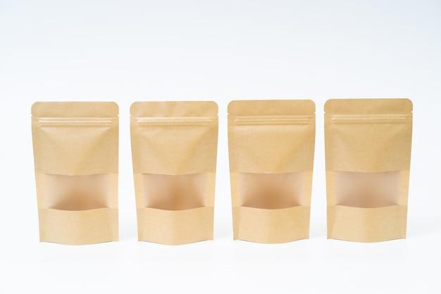 Bespotten snack papieren zak op witte ruimte