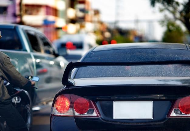 Bespotten van het kenteken van de auto op de achterkant van de auto op straatweergave
