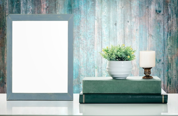 Bespotten van houten frame met groene boeken op witte tafel