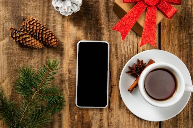 Bespotten van leeg leeg scherm van smartphone op de houten tafel