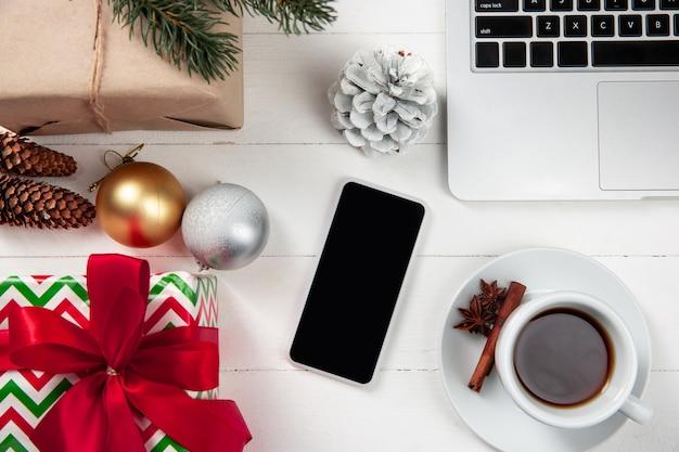 Bespotten van leeg leeg scherm van smartphone op de witte houten tafel