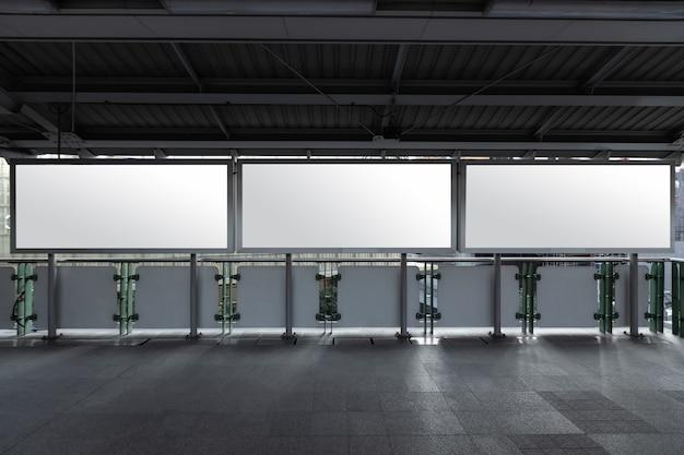 Bespotten van leeg reclamebord wit led-scherm verticaal voor reclame