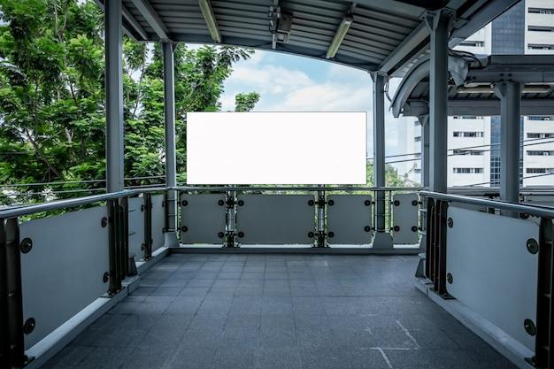 Bespotten van leeg reclamebord witte led-scherm verticaal voor reclame