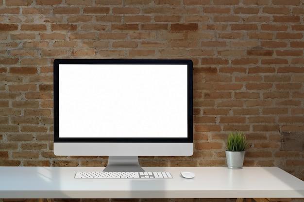 Bespotten van leeg scherm desktopcomputer op het witte bureau