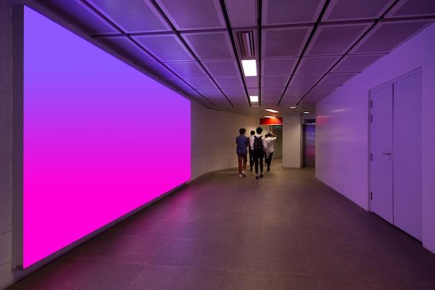Bespotten van muur met neonlichten
