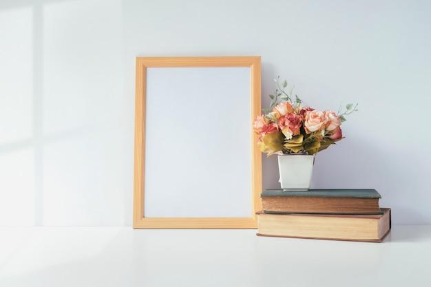 Bespotten van staand fotolijst met groene plant op tafel, huis decoratie.