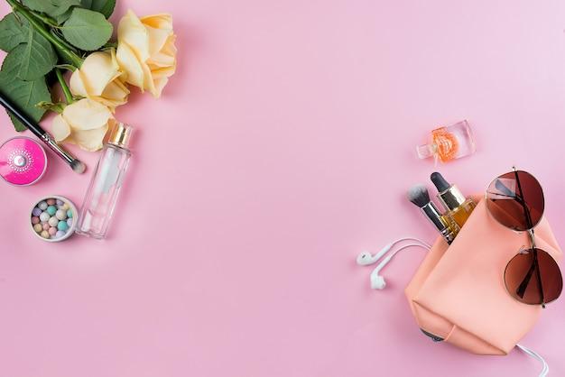 Bespotten van vrouwencosmetica, hoofdtelefoons en glazen
