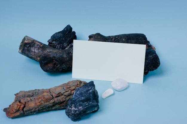 Bespotten visitekaartje met houten en stenen decor op blauw