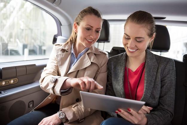 Bespreek de bedrijfsstrategie terwijl u naar een vergadering rijdt