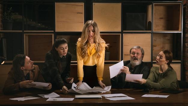 Bespreken. jonge collega's werken samen in een kantoor in de stijl van klassieke kunstwerken.