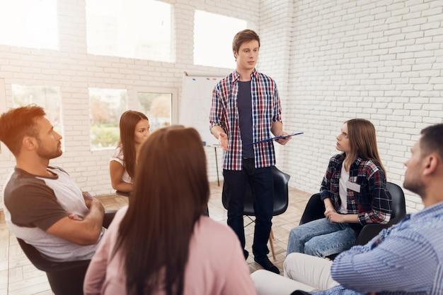 Bespreking van problemen tijdens sessie groepspsychotherapie.