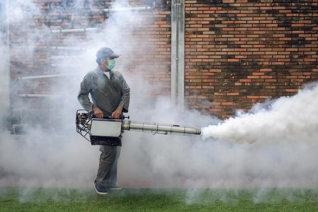 Besproeien om muggen te elimineren om de verspreiding van knokkelkoorts te voorkomen