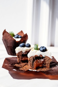 Bessen cupcakes met vulling, gesneden dessert