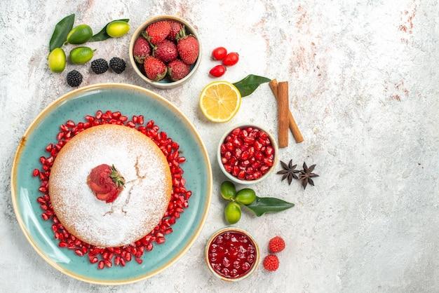 Bessen granaatappel citroen jam bessen de taart met aardbeien en koekjes