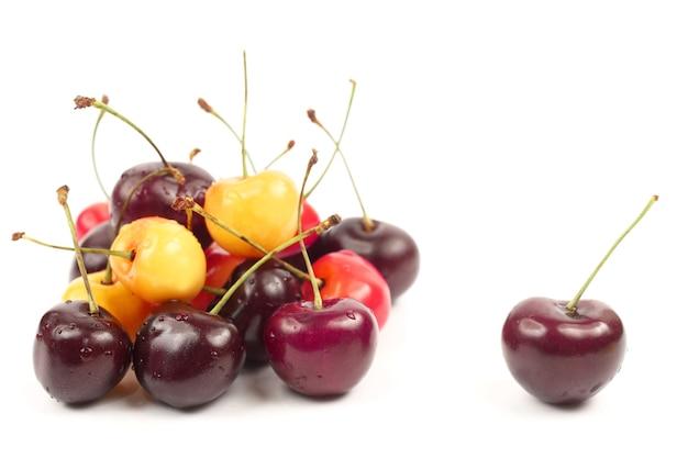 Bessen kersen op witte achtergrond. nuttig vitaminebessenfruitvoer