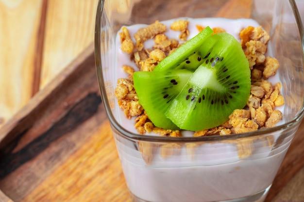 Bessen-yoghurt met granola en fruit in een glas. gezond ontbijt