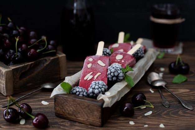 Bessenijs op een stokje van kers, framboos, braam en munt