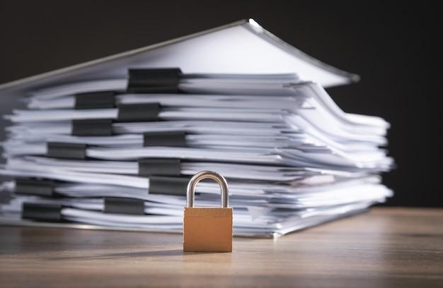 Bestanden en documenten met een hangslot op de houten tafel. dataveiligheid