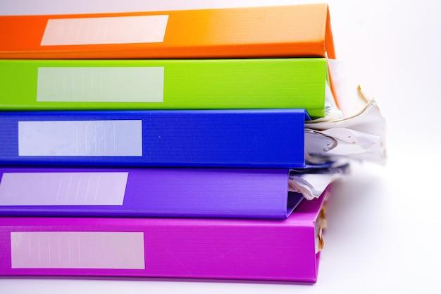 Bestandsmap binder stapel multi kleur op tafel in kantoor.