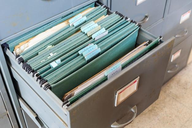 Bestandsmappen in een archiefkast