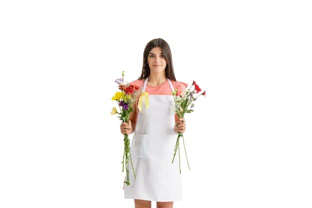 Beste cadeau. jonge mooie vrouw, bloemist met kleurrijke verse boeket geïsoleerd op een witte studio achtergrond. blanke vrouw, kunst moderne werknemer. financiën, economie, beroep.