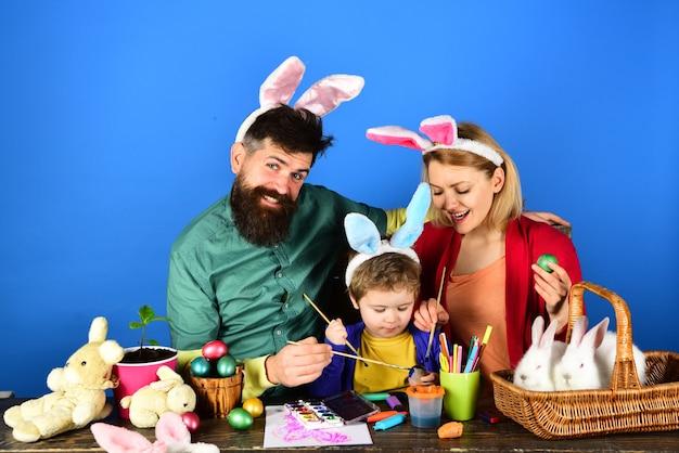 Beste happy easter-ideeën voor een gelukkig gezin. ontwerp met konijnenoren en konijnenoren.