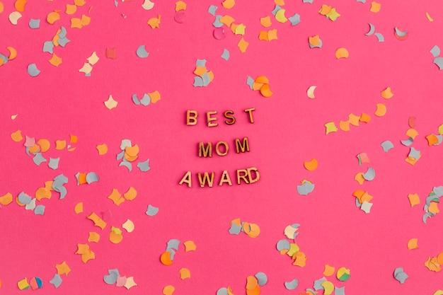 Beste moedertoekenningstitel onder confetti