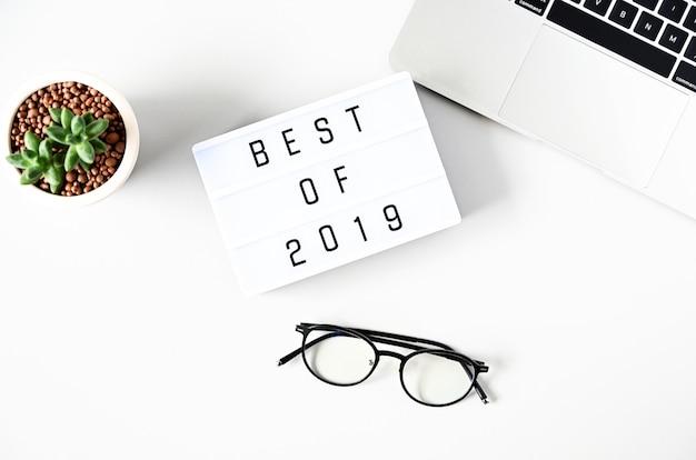 Beste tekst van 2019 over lightbox-samenstelling op witte tafel