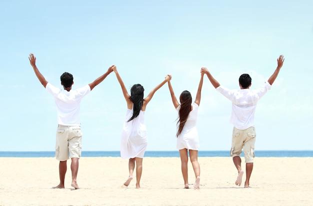 Beste vriend in het wit bij elkaar houden en elkaar de hand opheffen