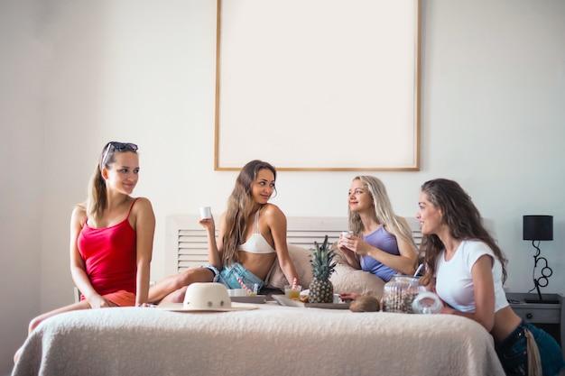 Beste vrienden chatten op een bed