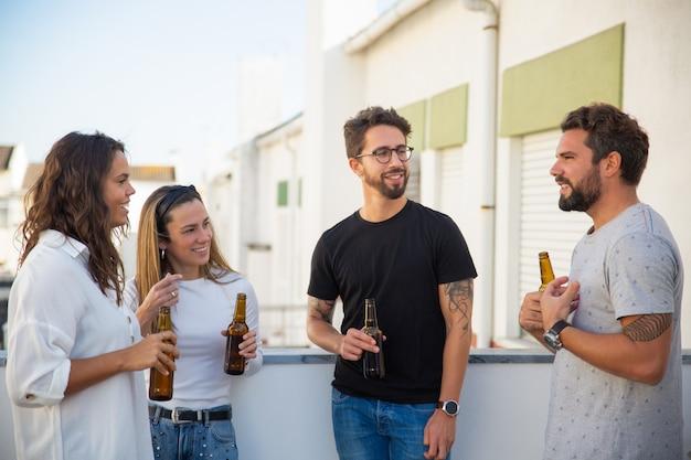 Beste vrienden die bier drinken en van discussie genieten