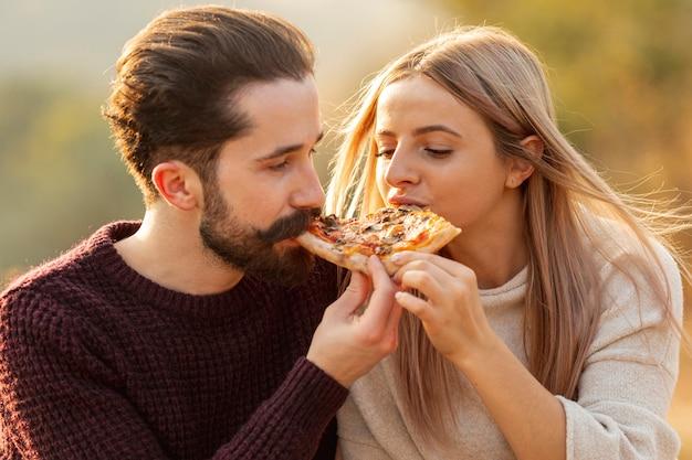 Beste vrienden die een pizza samen close-up eten